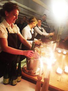 Lokal æblecider serveres til velkomstdrink.